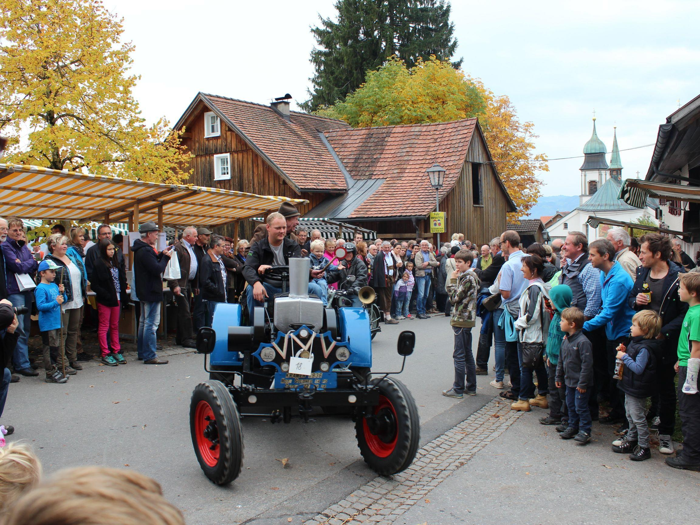 Auch alte Traktoren fahren wieder auf.