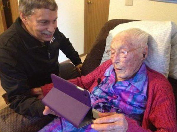 Die 114-Jährige ist auch in ihrem hohen Alter noch interessiert an der neuesten Technik.