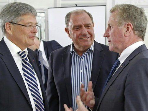 V. l.: Kärntens LH Peter Kaiser (SPÖ), LH-Stv. Siegfried Schrittwieser (SPÖ), und LR Erich Schwärzler (ÖVP) bei der Sitzung
