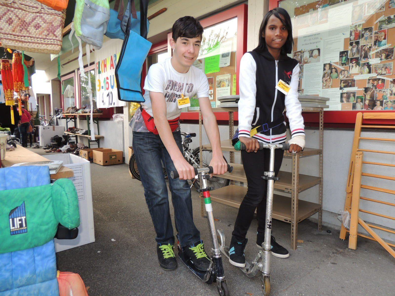 Pascal und Sunnita als fleißige Flohmarktverkäufer
