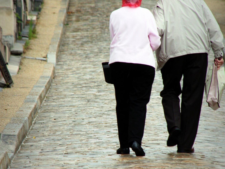 Ehepaar auf gemeinsamen Wegen