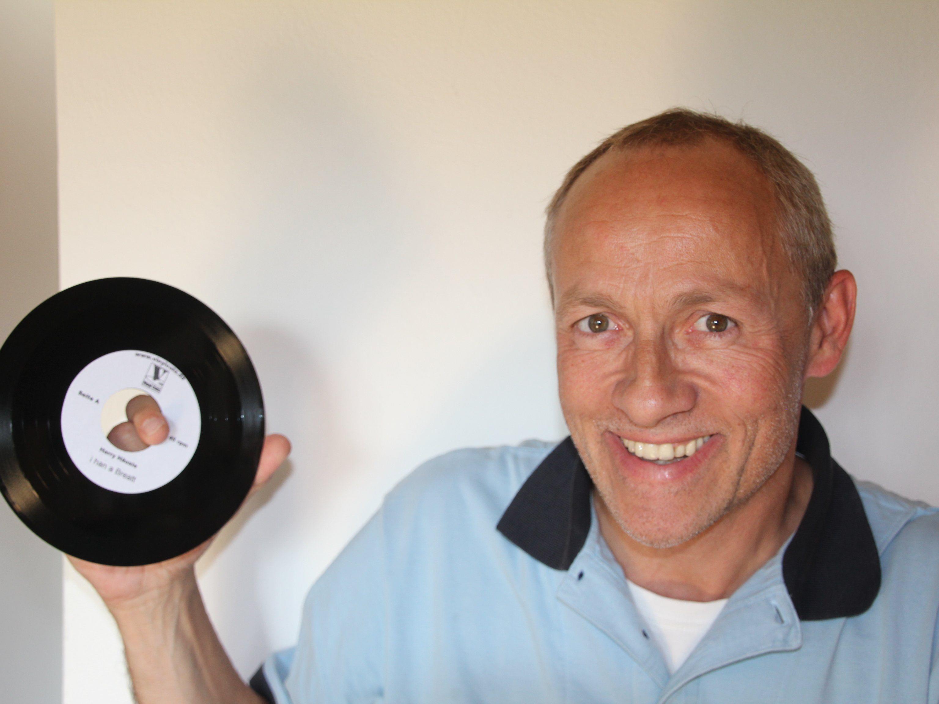 Der Rankweiler Sänger und Songschreiber Harry Häusle mit seinen Songs auf LP, die ihn besonders freut.
