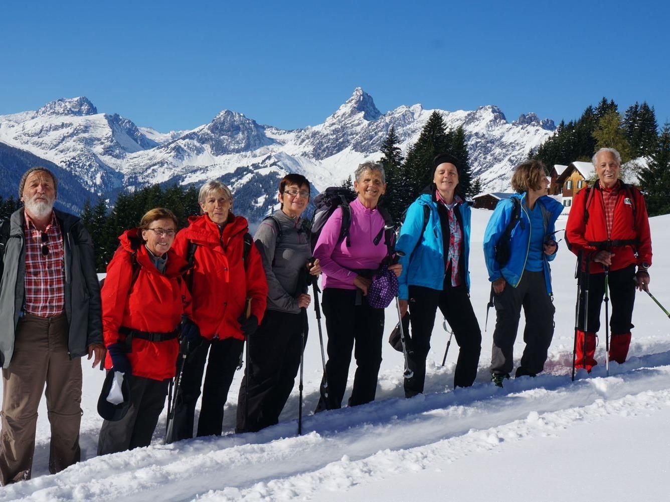 Die Rankler Alpenvereins-Senioren auf Wanderschaft in Schneegebiet.