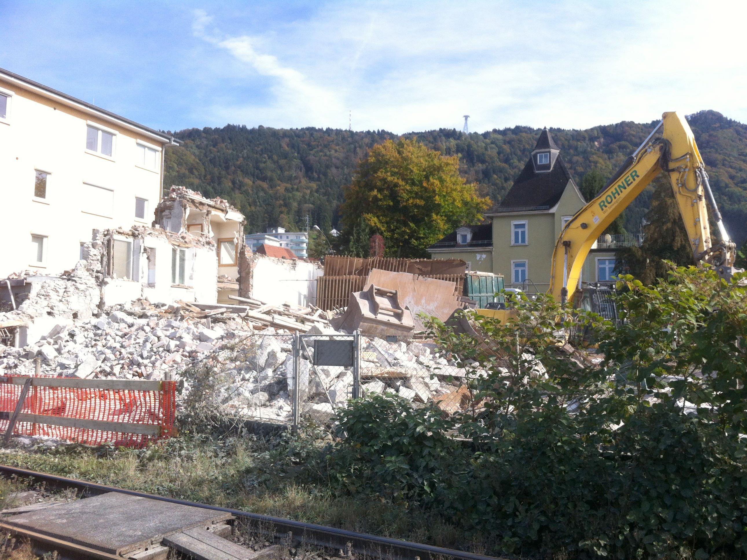 """Der Abbruch des Hauses am zukünftigen """"Seegarten"""" wirbelte ordentlich Staub auf."""
