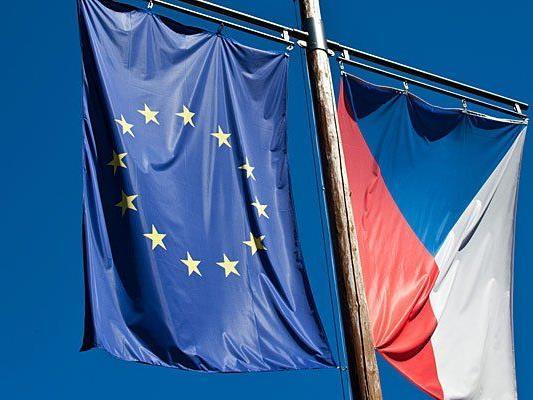 Eine tschechische Flagge wurde vor der Botschaft in Wien angezündet