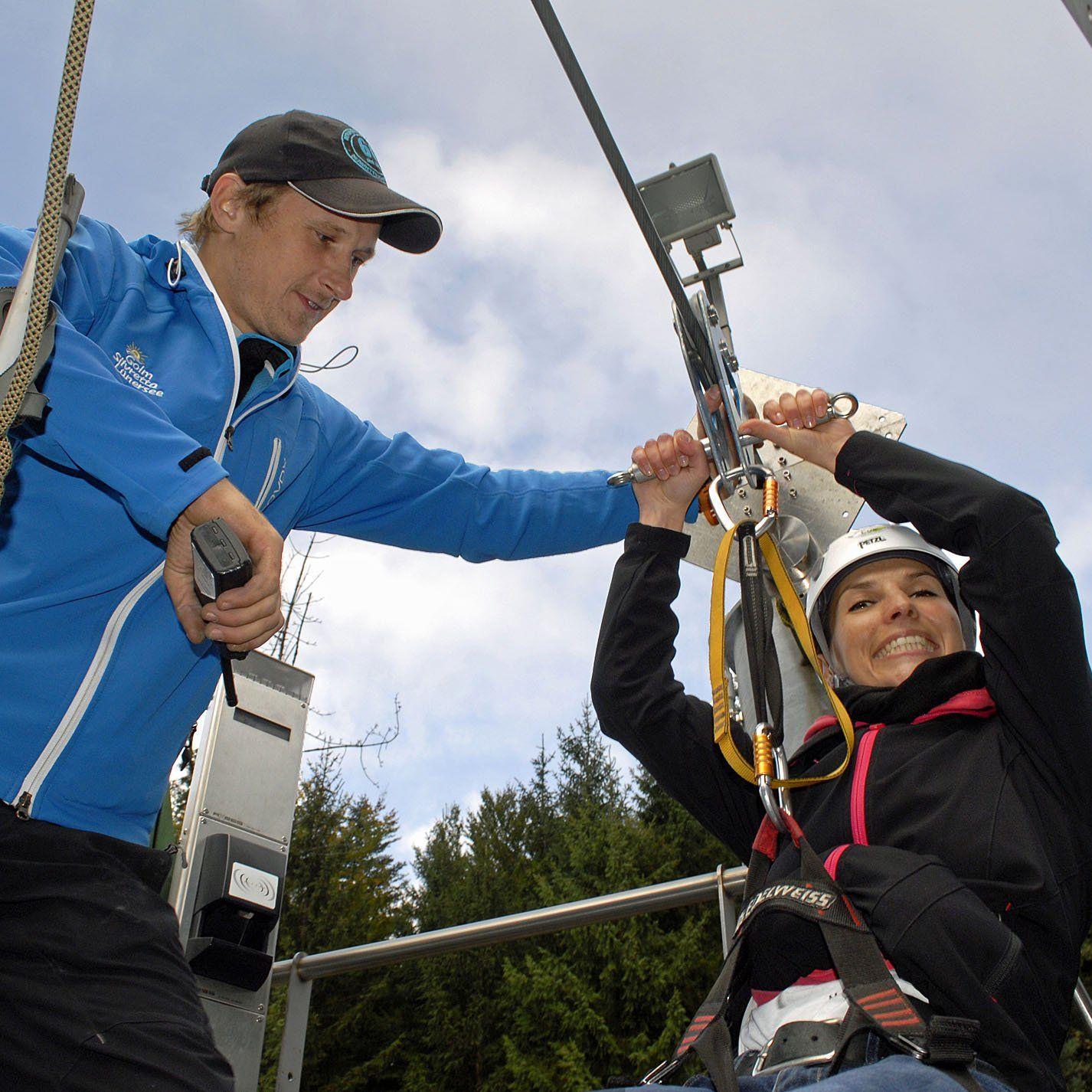 """Die Fahrt mit dem """"Flying Fox"""" über den Stausee in Latschau genoss auch Kathrin Mair (Marketing Sparkasse Bludenz)."""