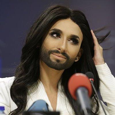 Umtriebige Conchita Wurst - am Mittwoch noch in Brüssel, am Donnerstag bewarb sie die Bank Austria