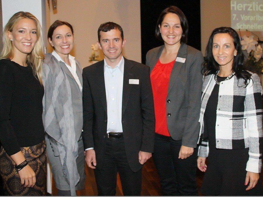 Frau in der Wirtschaft Vorsitzende Evelyn Dorn, Karin Furtner, Bürgermeister Martin Summer mit zwei Gästen.
