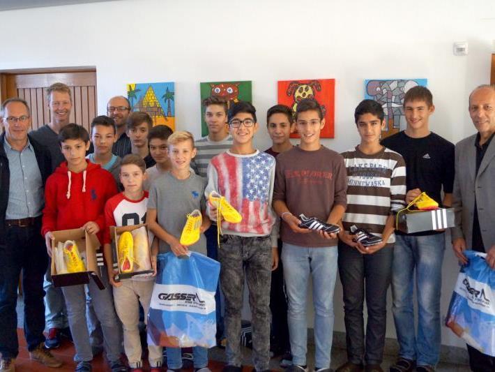 Die siegreichen Schüler der VMS Vorkloster mit Direktor Tobias Albrecht und StR. Michael Rauth.