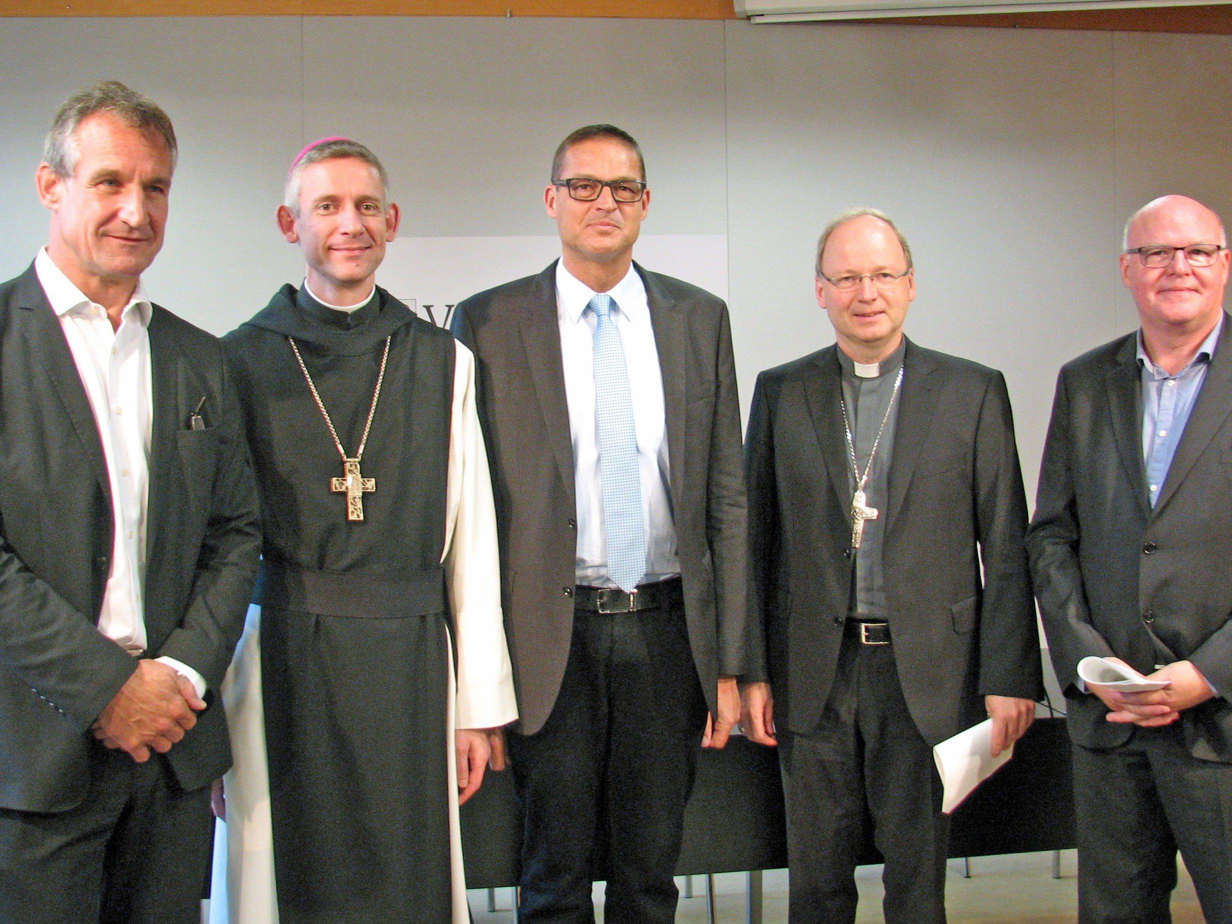 Bgm. Markus Linhart, Abt Anselm van der Linde, Landesrat Christian Bernhard, Bischof Benno Elbs und Caritas-Direktor Peter Klinger