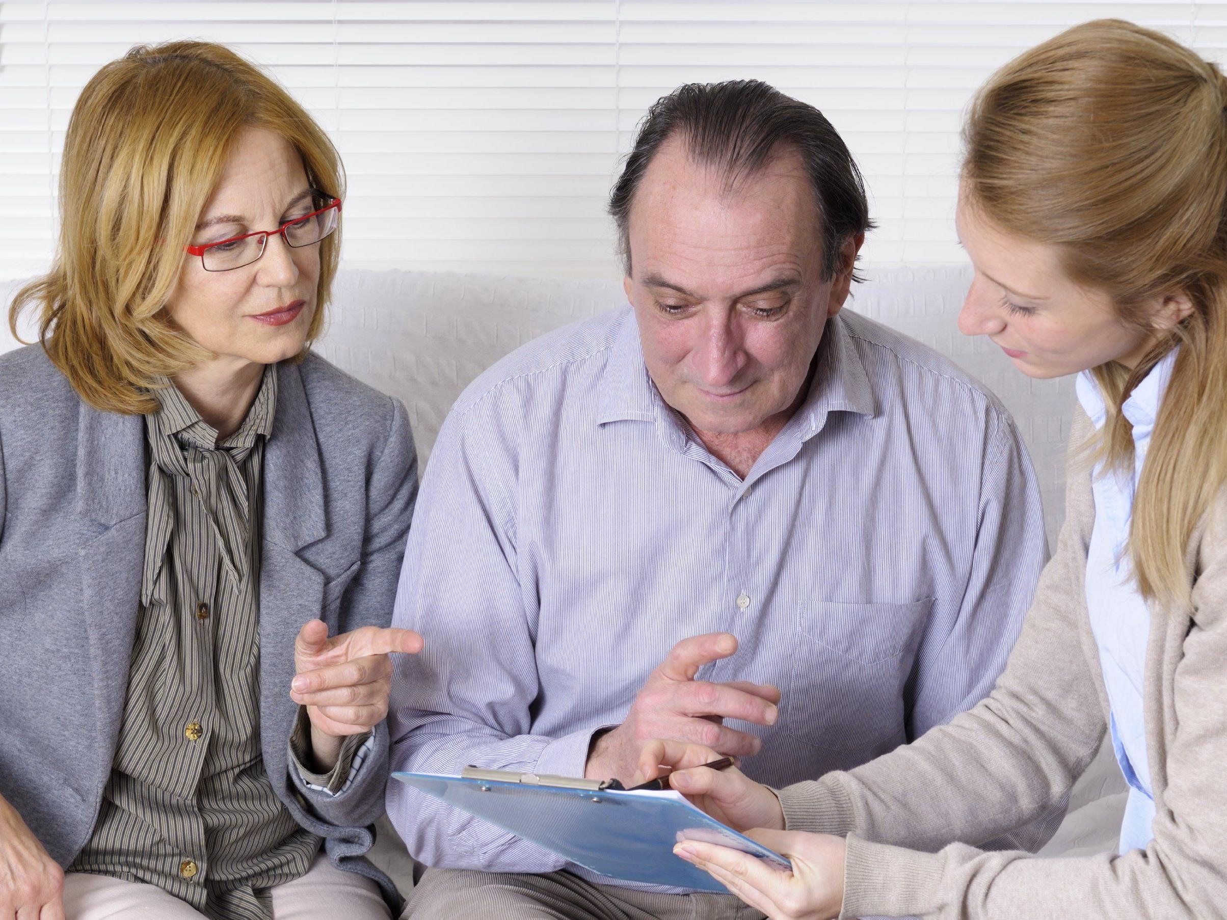Die Sozialarbeitenden klären die Rahmenbedingungen wie zum Beispiel die Finanzen oder Entlastungsangebote für Angehörige ab.