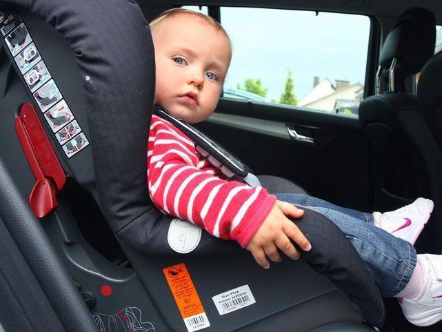 """Kindersitze im ÖAMTC-Test: Sechs von elf Modelle fielen mit """"Nicht genügend"""" durch."""