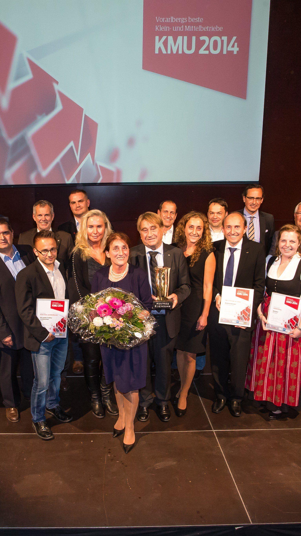 """Die Gewinner und Ausgezeichneten des Wettbewerbs """"Vorarlbergs beste Klein- und Mittelbetriebe 2014"""" von VN und Wirtschaftskammer mit den Sponsoren und Partnern."""