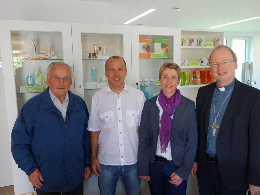 Bild v.l.n.r. Pfarrer Ehrenreich Bereuter, Andreas und Elisabeth Hammerer, Bischof Benno Elbs