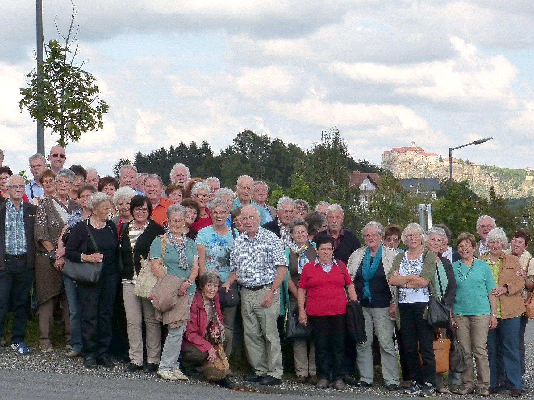 Die fröhliche Schar mit Blick auf die Riegersburg