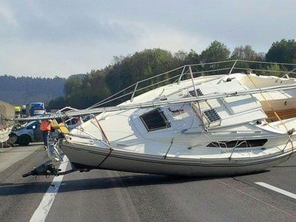 Ein Segelboot sorgte am Montag für einen kilometerlangen Stau.