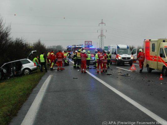 Die Unfallautos wurden in den Graben geschleudert