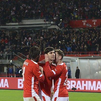 Gratulation an Torschützen Aleksandar Dragovic
