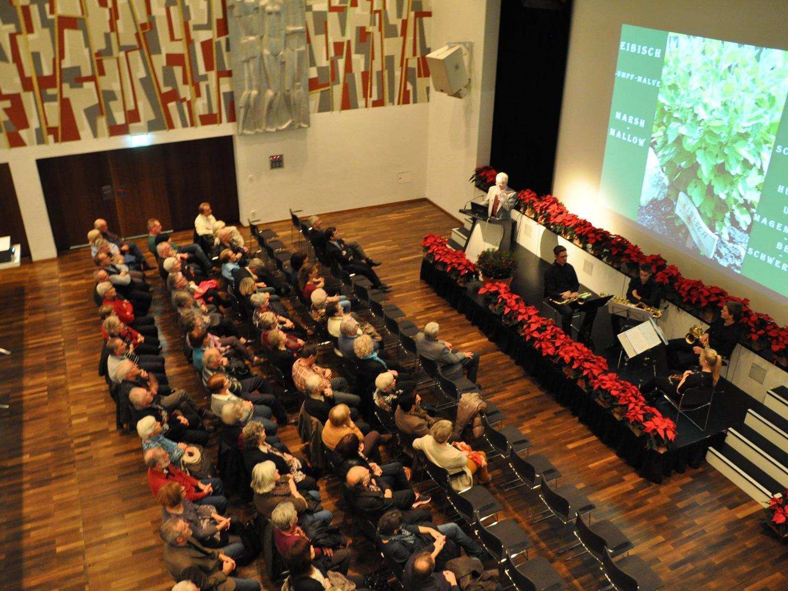 Zahlreiche Gäste lauschten dem Vortrag von Helmut Mühlbacher, der über die Einsatzmöglichkeiten von Heilkräutern sprach.