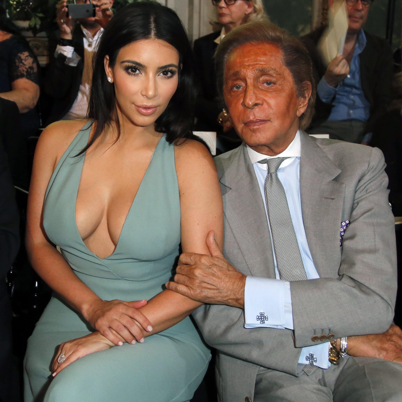 Auch bei Designer Valentino lässt Kim Kardashian tief blicken - jetzt hat sie alle Hüllen fallen gelassen.