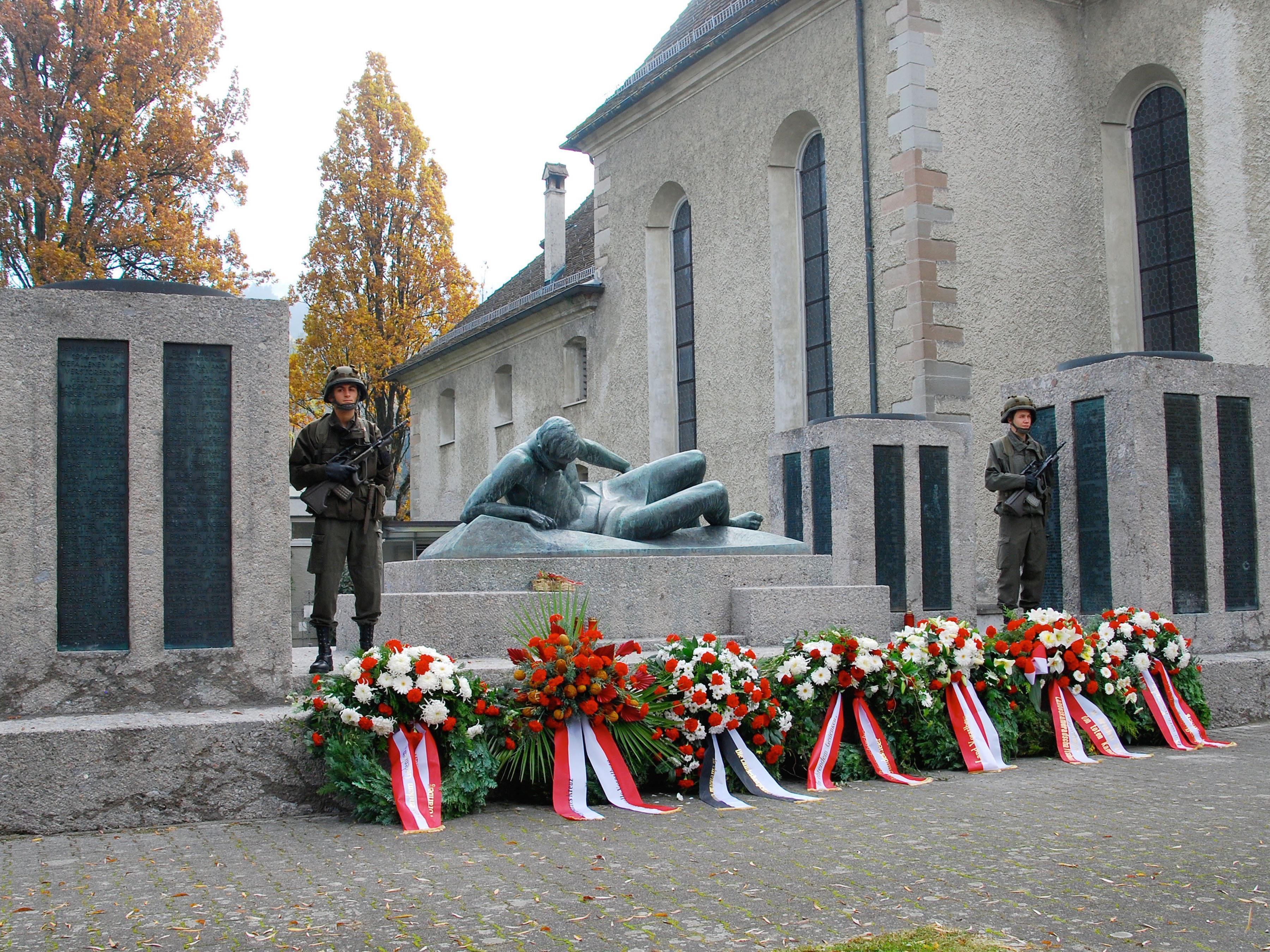 Am Kriegerdenkmal St. Gallus kam es zur traditionellen Kranzniederlegung