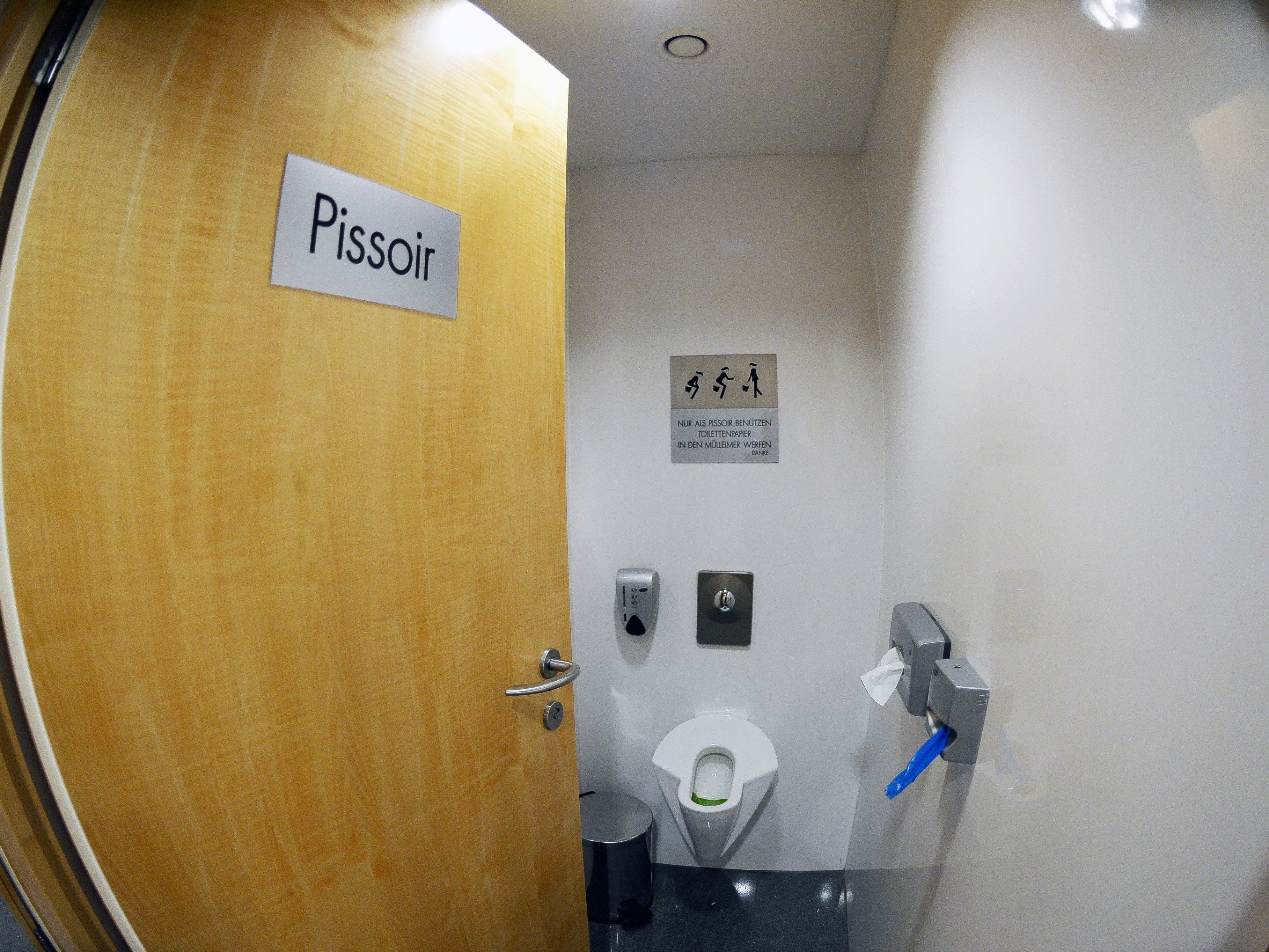 Bereits installierte Damen-Urinale in Salzburg.