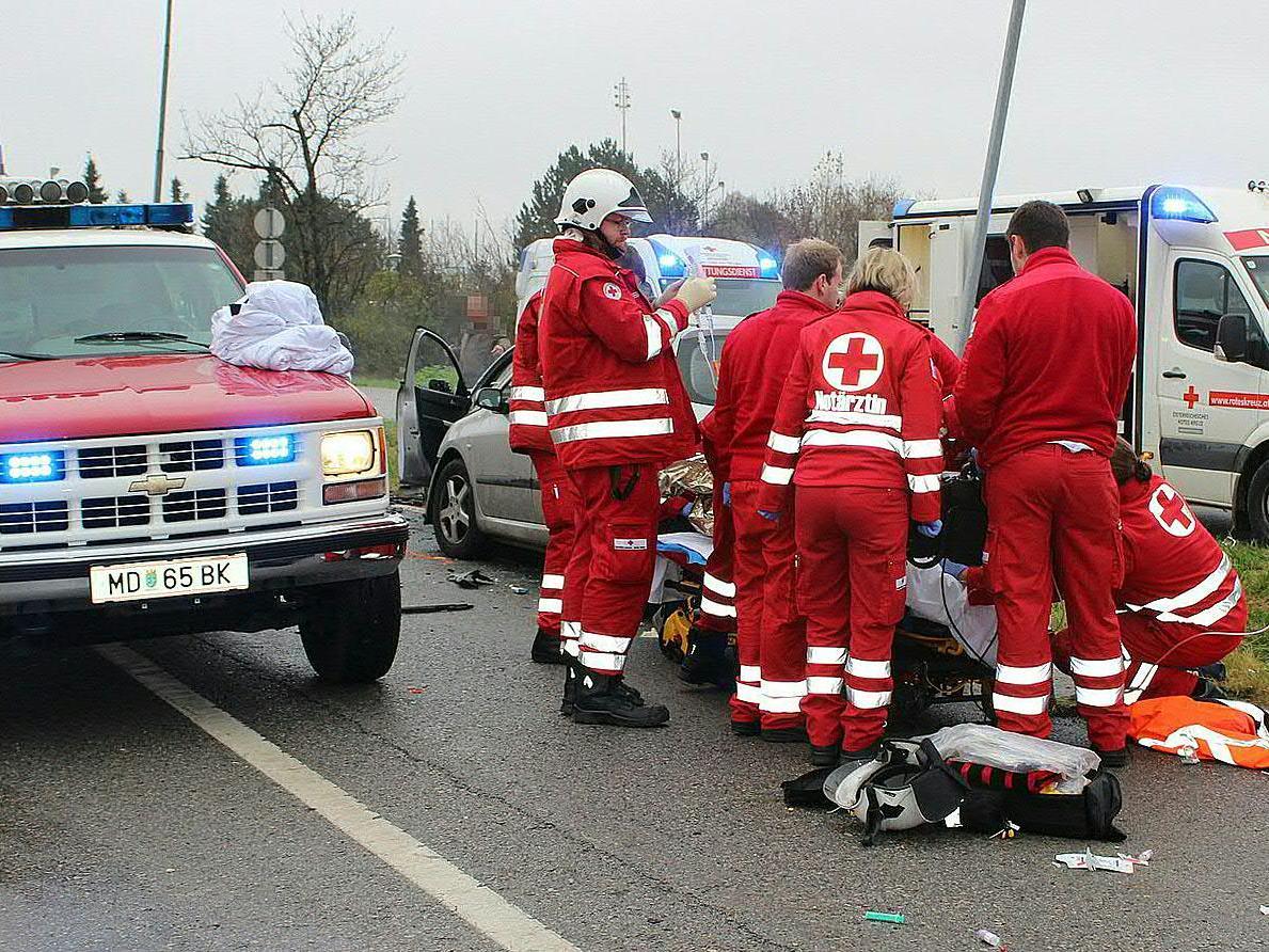 Nach dem schweren Unfall in Vösendorf verstarb ein 21-jähriger Fahrzeuglenker im Spital.