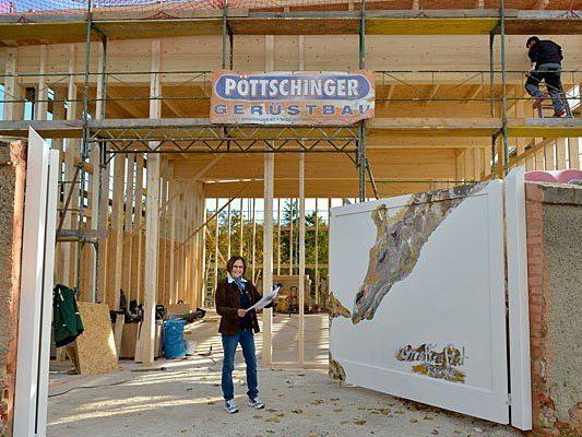 Tiergartendirektorin Dr. Dagmar Schratter vor dem Übergangsquartier für die Giraffen