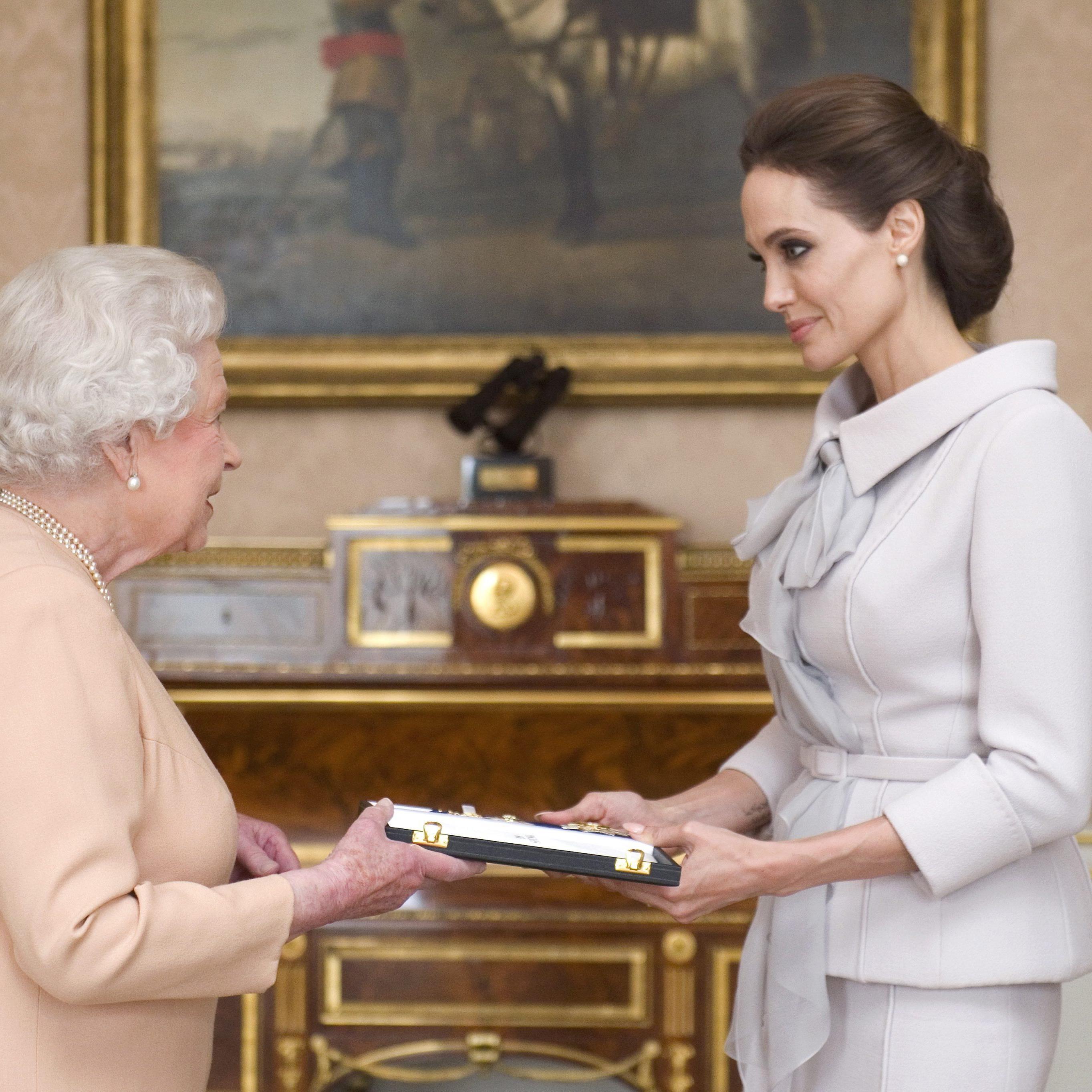 Im Oktober 2014 wurde Angelina von Queen Elizabeth II. geehrt.