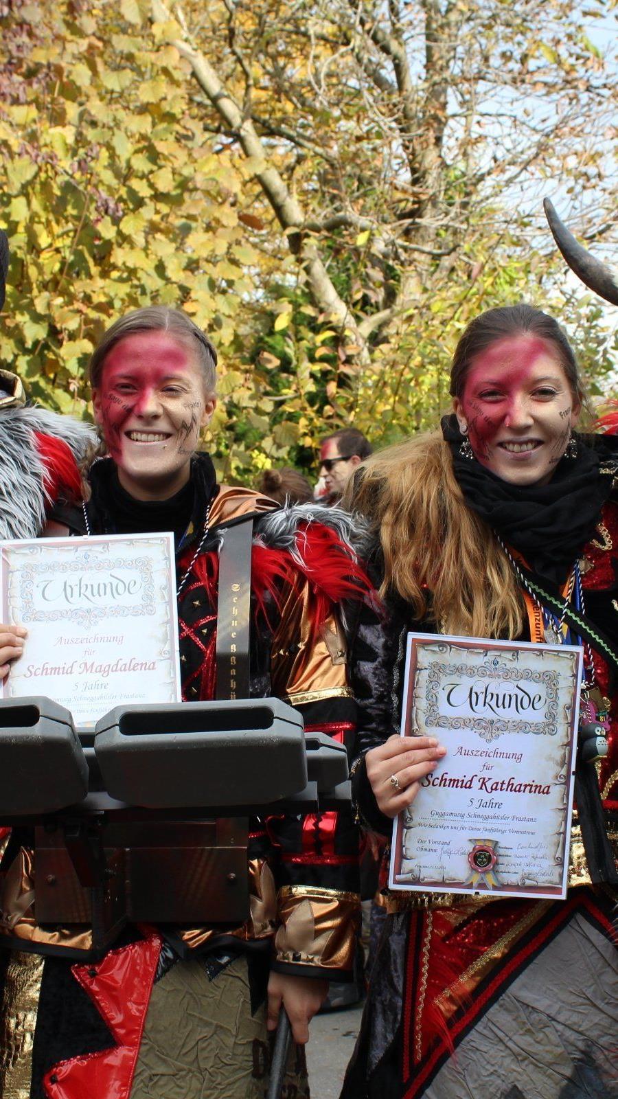 Magdalena und Katharina Schmid wurden bei den Schneggahüslern geehrt.