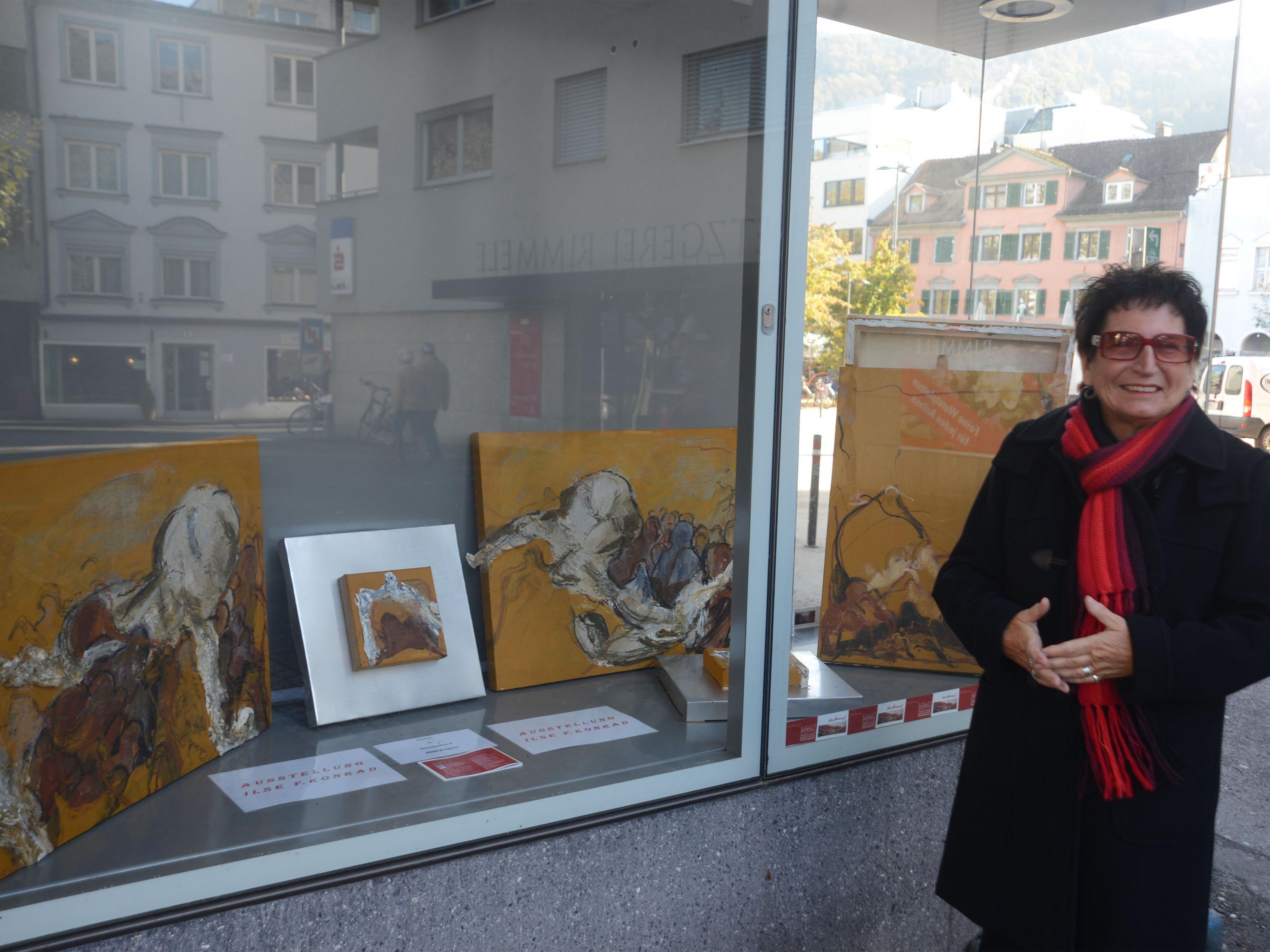 Ilse F. Konrad vor dem Kunstterminal am Sparkassenplatz.