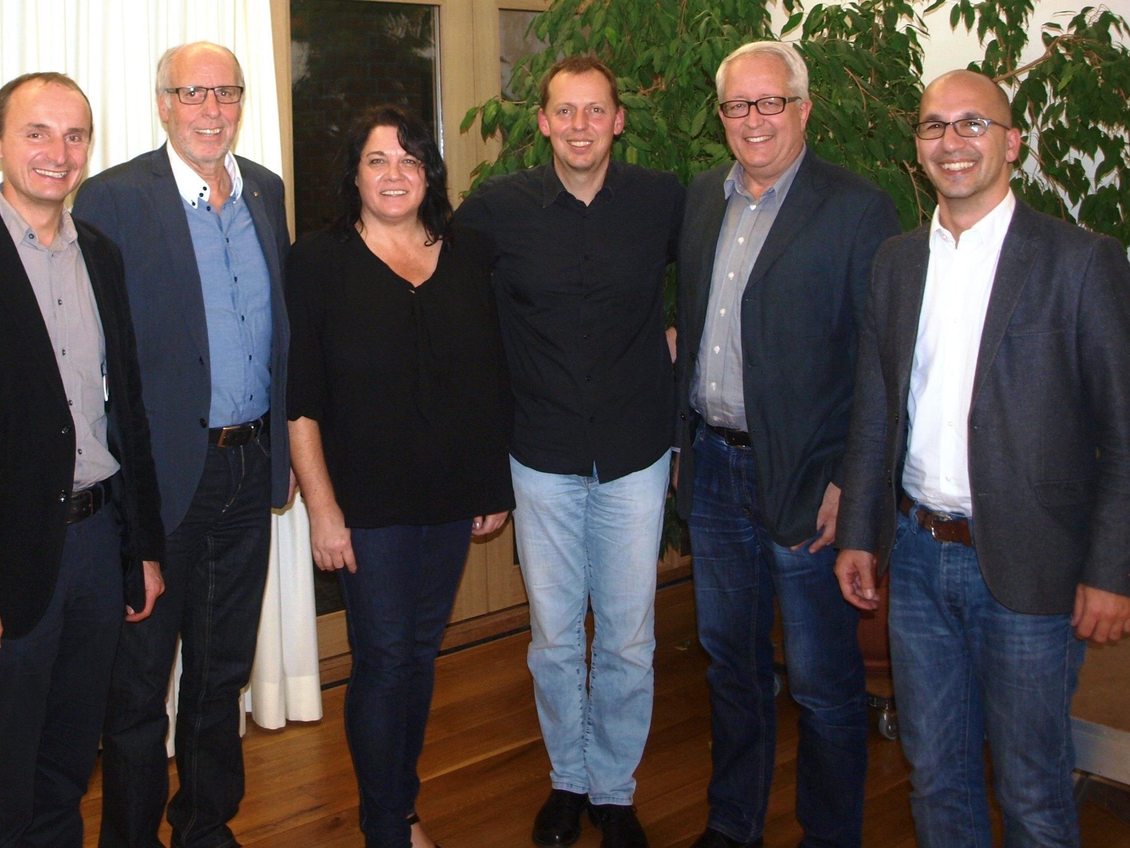 Sie freuten sich über einen bestens gelungenen Abend: Bgm. Alfons Rädler, Elmar Marent, Manuela Hack, Kabarettist Ingo Vogl, Bgm. Michael Simma, Thomas Winzek, von links nach rechts.