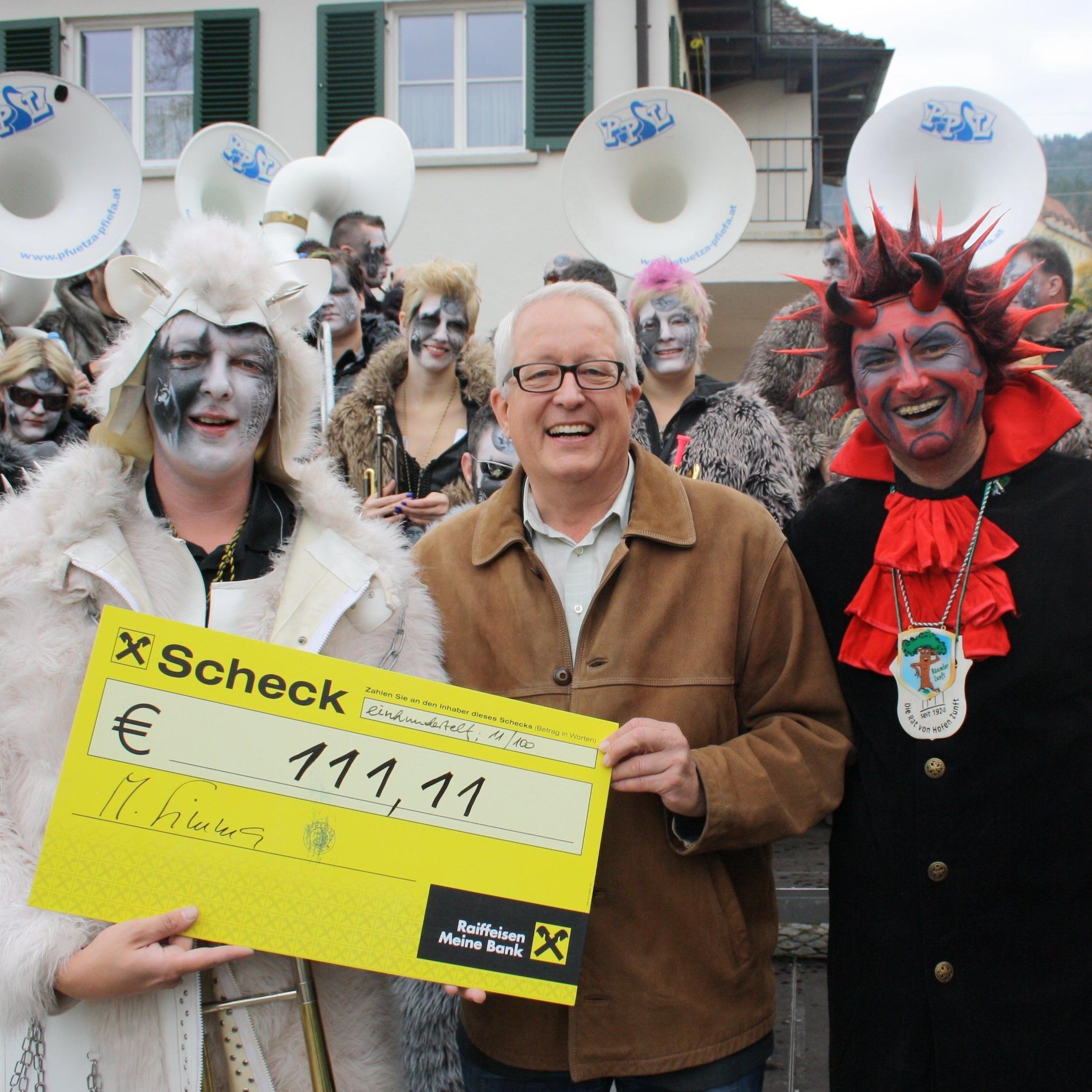 """Faschingsauftakt am 11.11. in Lochau – Philipp Galle (""""Pfütza-Pfiefa""""), Bürgermeister Michael Simma und """"Seeteufel"""" Stefan Pienz von der Bäumler Faschings- und Funkenzunft."""