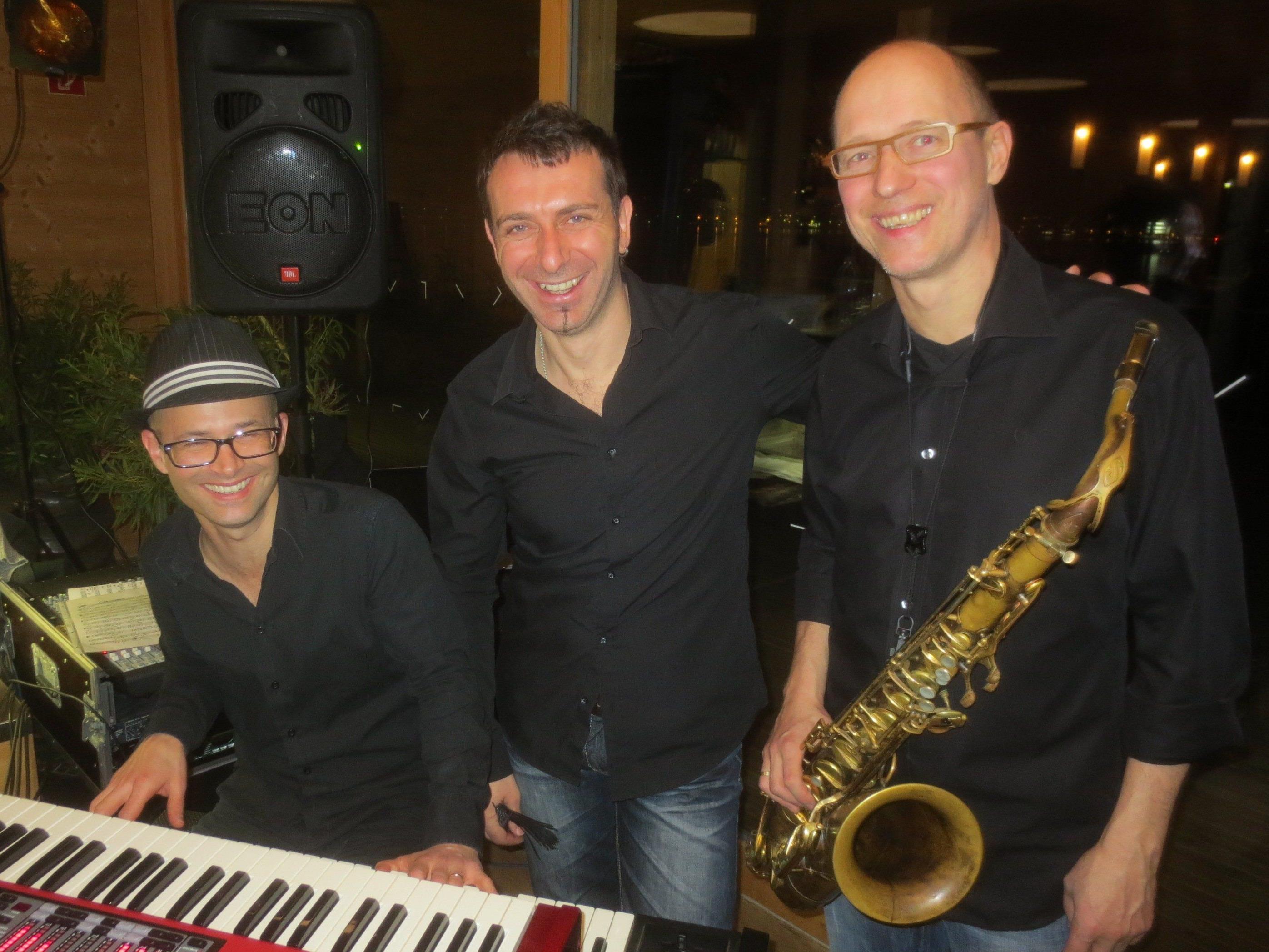 """""""Christof Waibel & Band"""" sorgen für den schwungvollen Auftakt der neuen Eventreihe """"Jazz am See"""" auf dem Badehaus des Seehotel Am Kaiserstrand."""