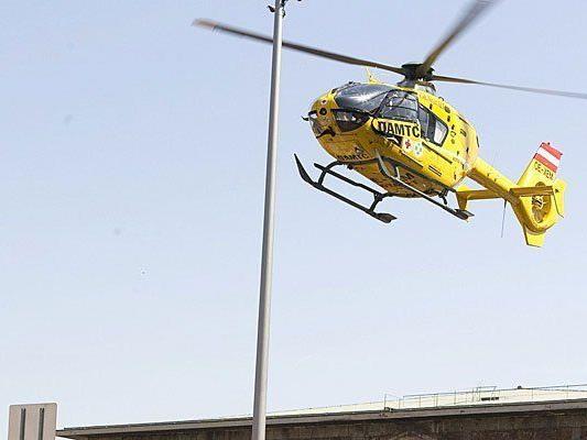 Mit dem Notarzthubschrauber wurde ein Verletzter nach dem Arbeitsunfall abgeholt