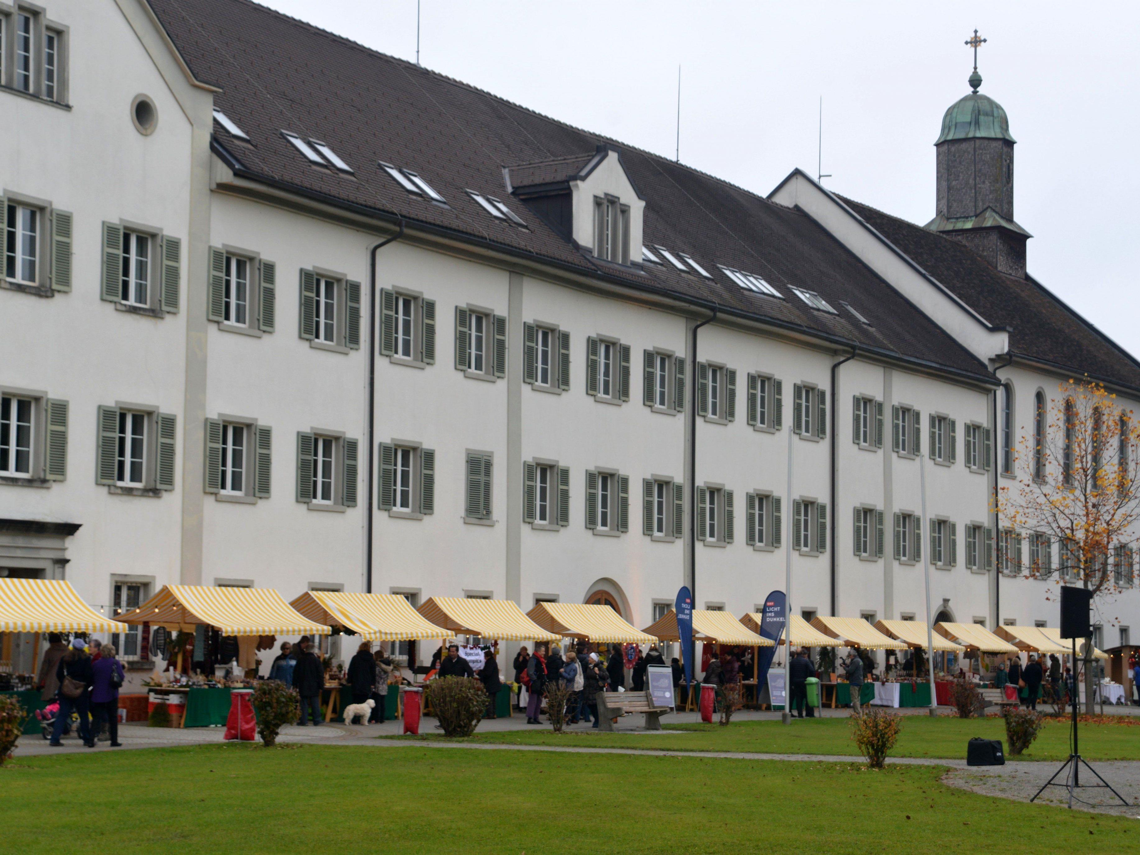 Der stimmungsvolle Benefiz-Adventmarkt im Kloster Mehrerau.