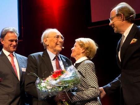 Manfred Rein, Luis und Maria Drexel und Eugen A. Russ: Ehrenpreis für den Spar-Pionier.