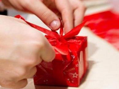 Glaubt man der aktuellen Umfrage, werden heuer zu WEihnachten kleinere Geschenke geschnürt