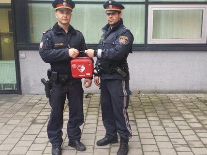 Die Polizisten Windner und Lehner retten einem Mann das Leben.