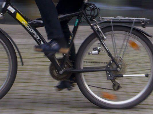 Radfahrer gegen Windschutzscheibe geschleudert und verletzt.