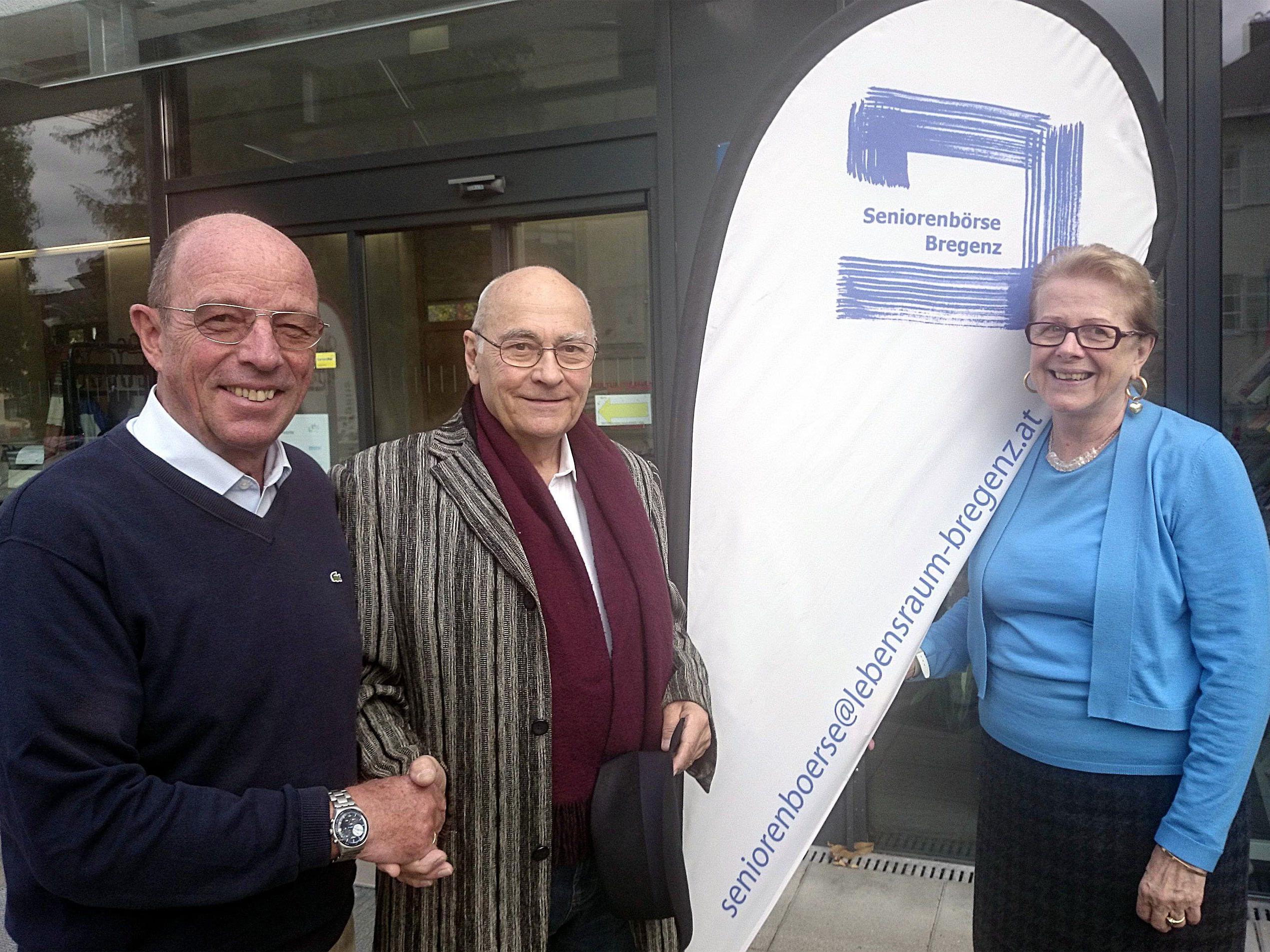 Gottfried Schröckenfuchs (li) und Dagmar Helbig begrüßen Fritz Hopfner als 700stes Mitglied.