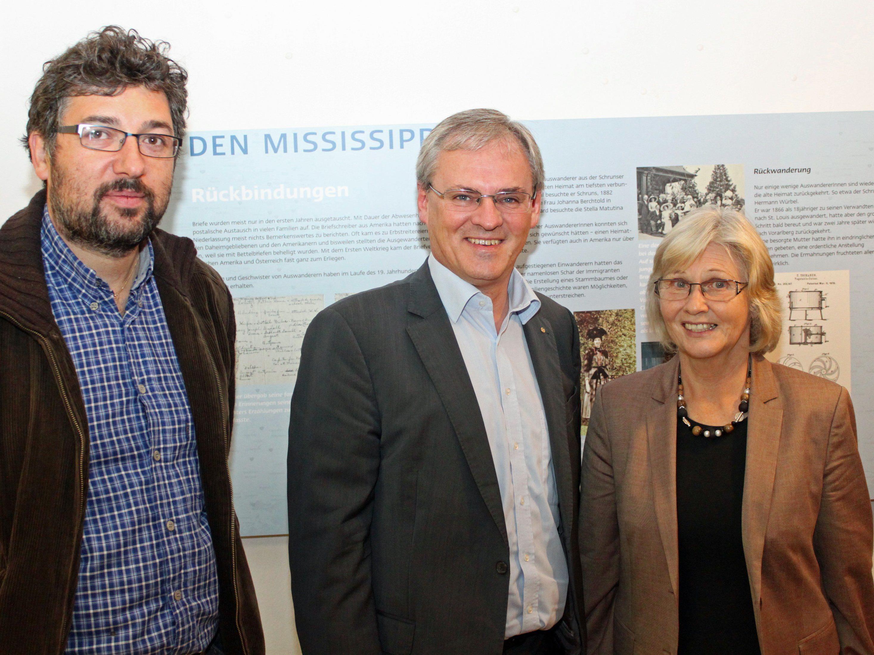 Der Direktor der Montafoner Museen, Michael Kasper, Landtagspräsident Harald Sonderegger und Autorin Margarethe Ruff