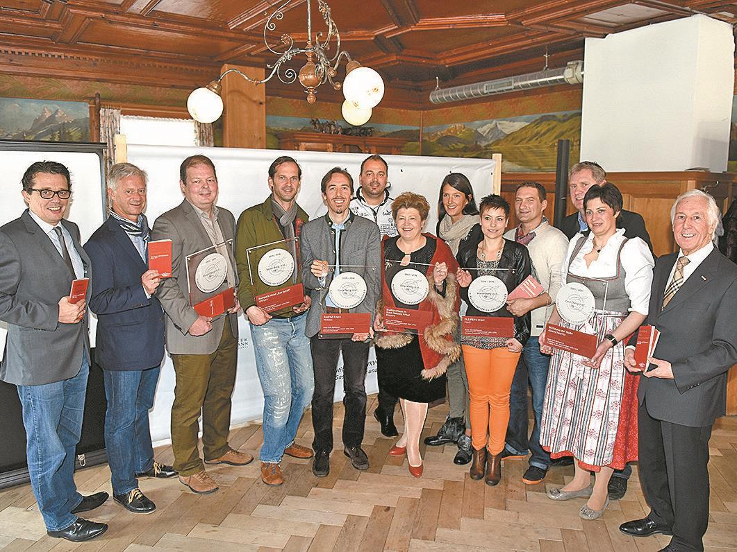 """Die Sieger in den beiden Kategorien """"Restaurants"""" und """"Traditionelle Wirtshäuser"""" bei der Präsentation des Genuss- und Erlebnisguides in Alberschwende."""