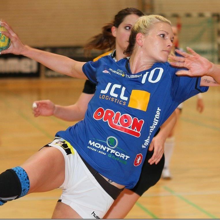 Julia Czsizmadia spielt im Dress von Feldkirch gegen seinen Exklub Dornbirn.