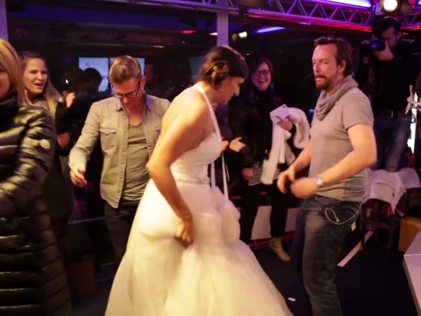 Andi Knoll (links) und Robert Kratky beim Tänzchen mit der gestohlenen Braut.