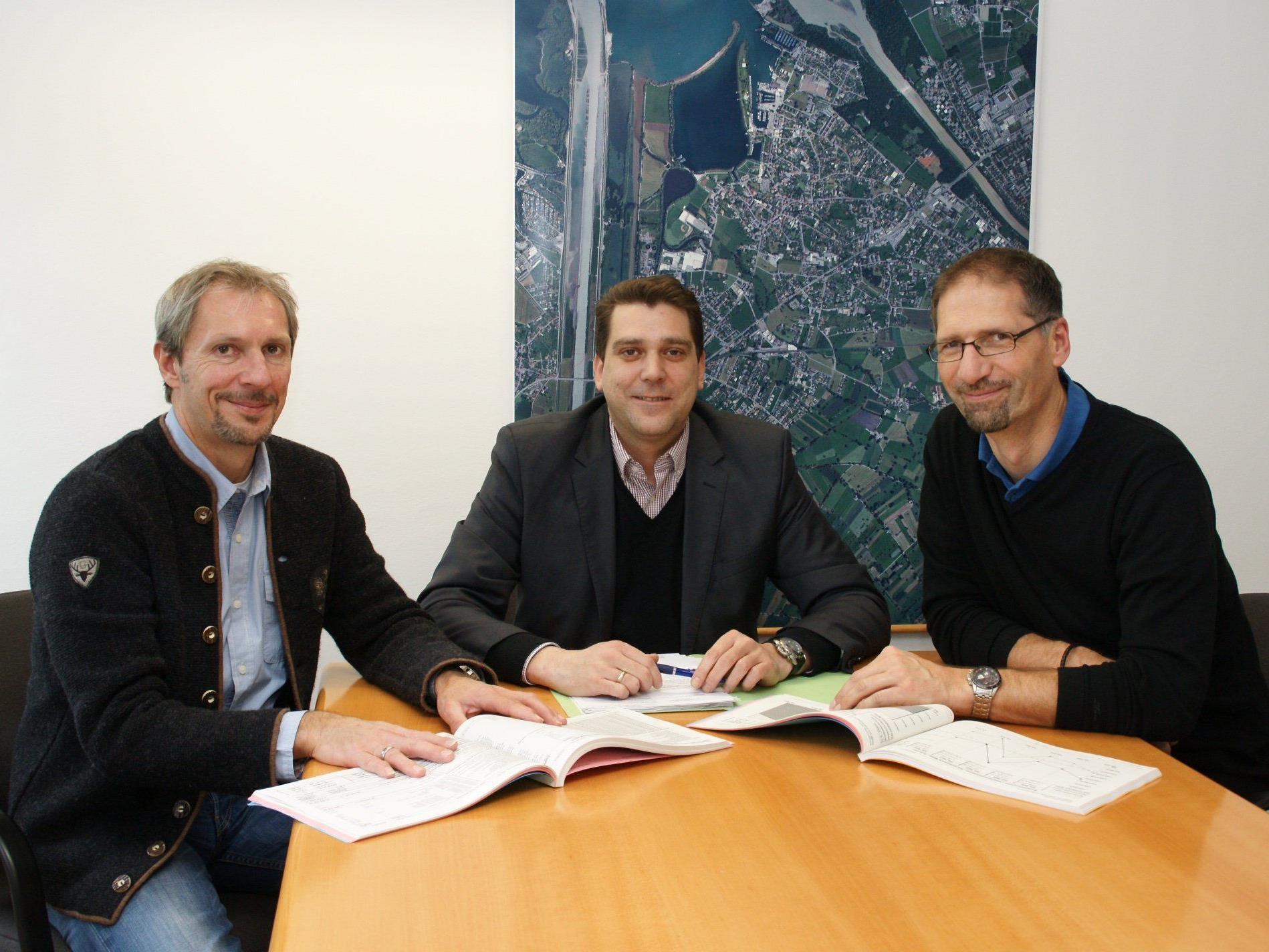 Finanzreferent Franz Bereuter, Bürgermeister Harald Köhlmeier und Finanzleiter Markus Lerchenmüller.
