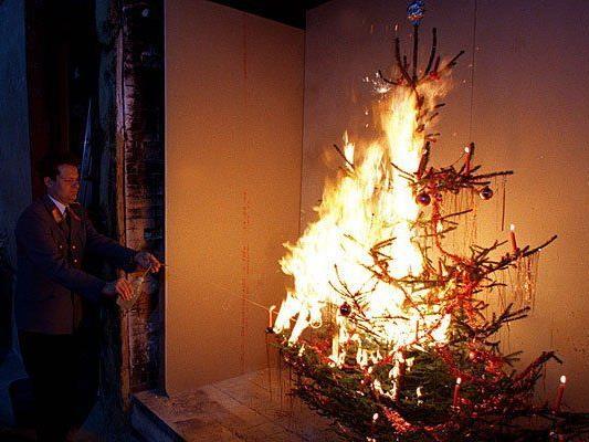 Der Advent ist die feuergefährlichste Zeit des Jahres - im Bild eine Christbaum-Brand-Präsentation