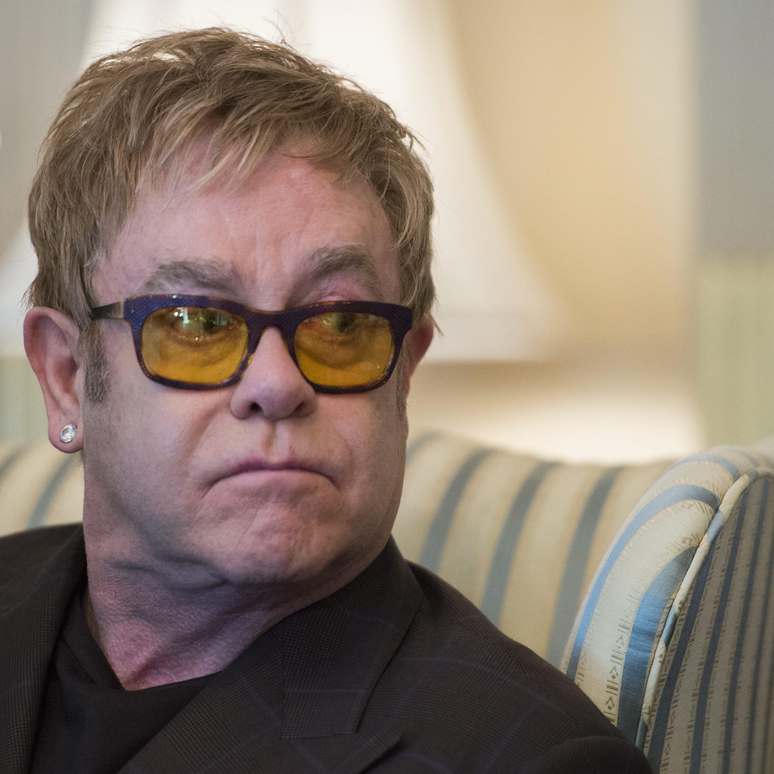 Elton John kippt mit Stuhl um: Video hatte binnen Stunden 1 Mio. Klicks.