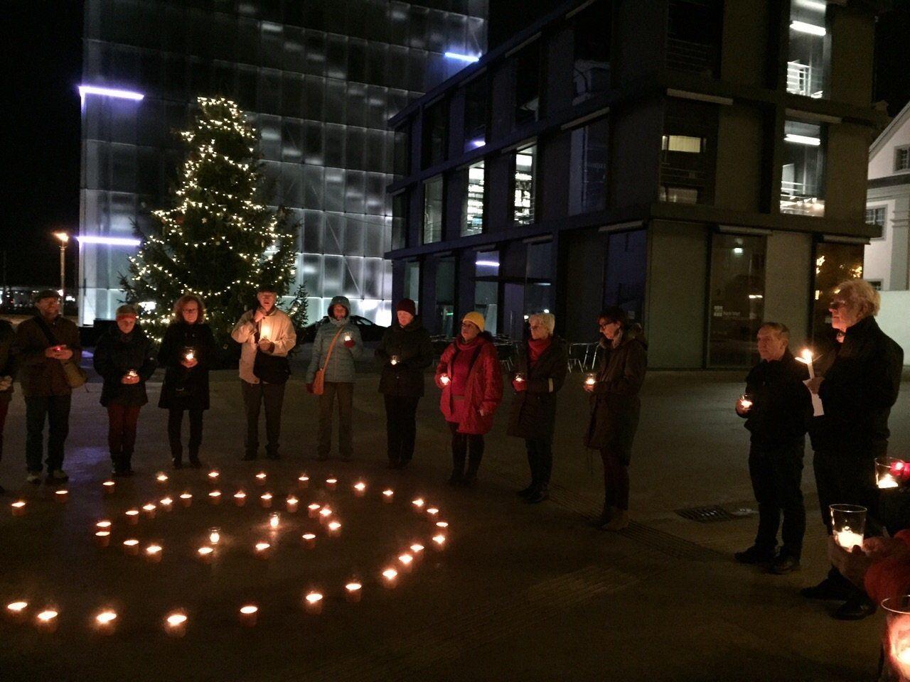 """""""Schweigen für Frieden"""" entwickelt sich gut. An die 50 Personen setzten auf diese Weise ein 'sprechendes' Zeichen für Gewaltverzicht und Versöhnungsbereitschaft."""
