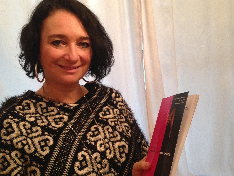 Stolz präsentiert Evelyn Flatz ihr Buch